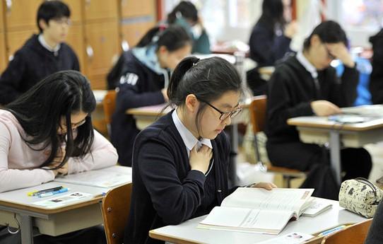 参加考试,如果坐在邻座的同学问你答案,你会怎么做?